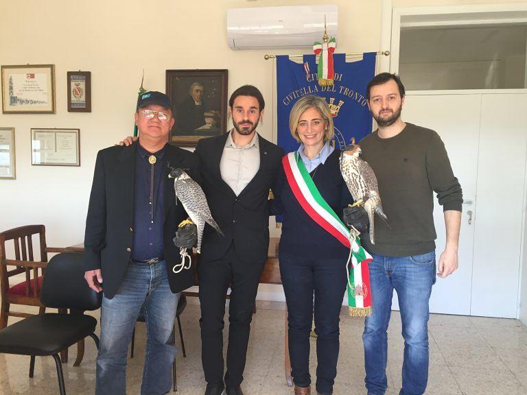 Civitella del Tronto, noto falconiere internazionale ricevuto dal sindaco FOTO