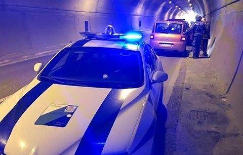 Campli, auto bloccata nella galleria: provvidenziale l'intervento della polizia locale