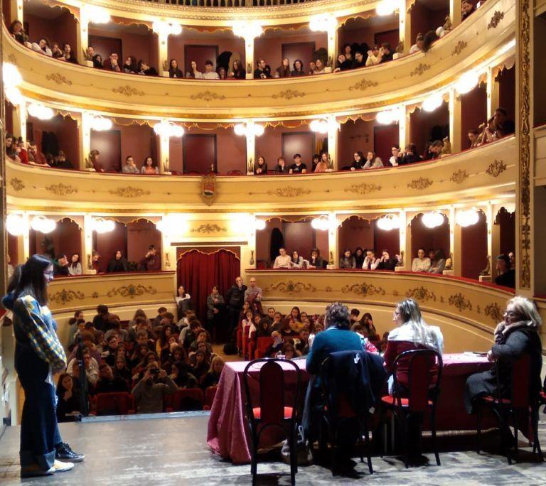 """Atri, gli studenti del Liceo """"A. Zoli"""" incontrano la scrittrice Donatella Di Pietrantonio FOTO"""
