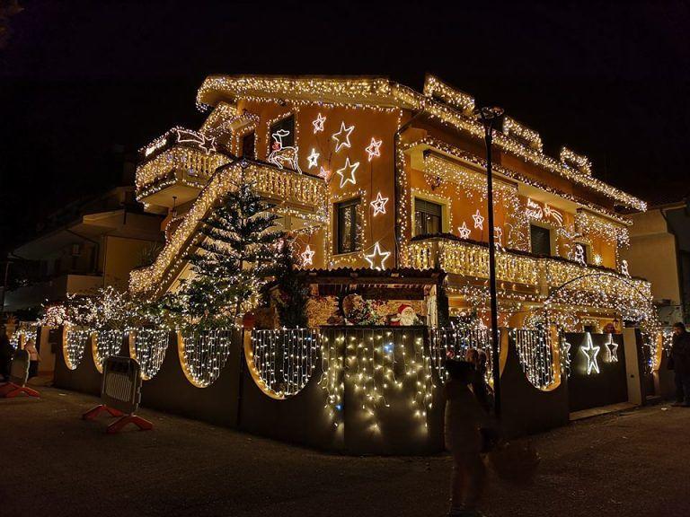 Montesilvano, in via Leopardi la casa delle mille luci di Natale FOTO-VIDEO