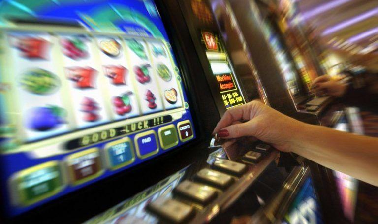Ludopatia tra i giovanissimi, dodicenne sorpresa a giocare alla slot machine