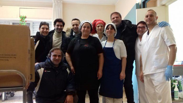 """Nereto, doni e """"sorrisi"""" per gli ospiti della casa di riposo Rozzi. L'iniziativa FOTO"""