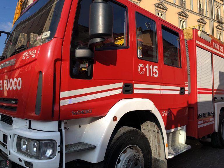 Pescara, scontro in via D'Avalos: giovane si ribalta con l'auto