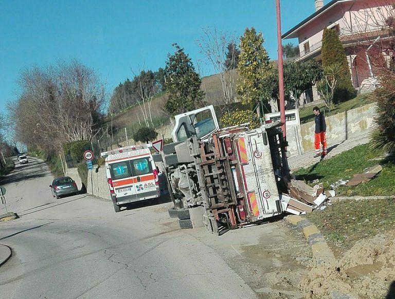 Tortoreto, camion dei rifiuti si ribalta alla rotatoria di Cavatassi