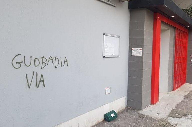 Pescara, scritte contro il sindacalista senegalese: la Cgil scende in piazza