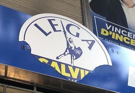 Pescara, sede elettorale vandalizzata: distrutto il simbolo della Lega FOTO