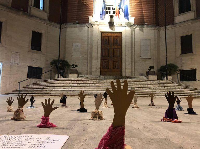 Anche a Pescara le mani che annegano in piazza contro Salvini FOTO VIDEO