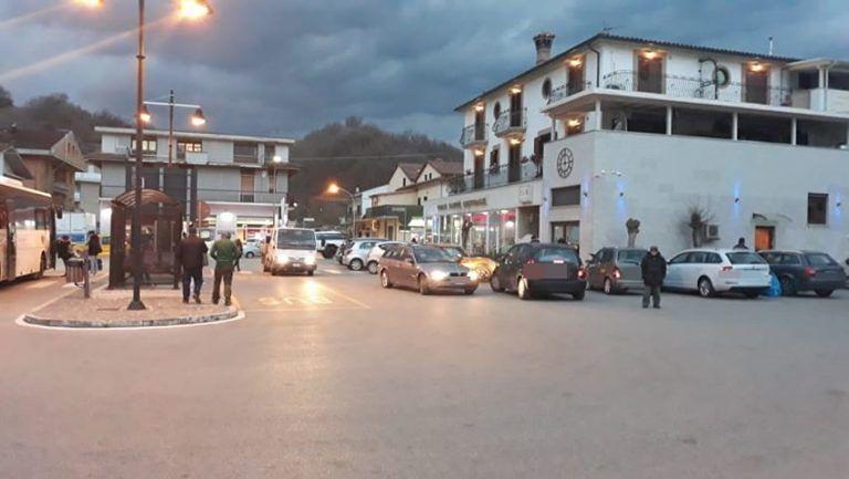 """Val Vomano, capolinea bus TUA pericoloso: """"Nessuna macchina rispetta il divieto d'accesso"""" FOTO"""