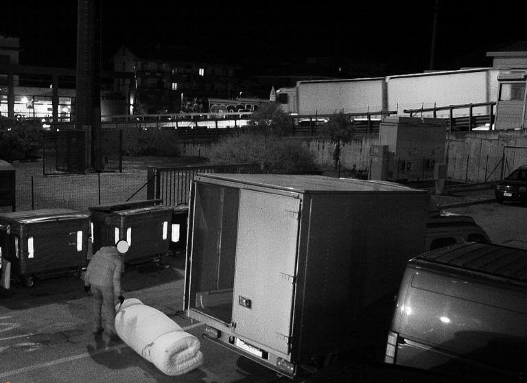 Montesilvano, abbandonano materassi in strada: incastrati dalle fototrappole