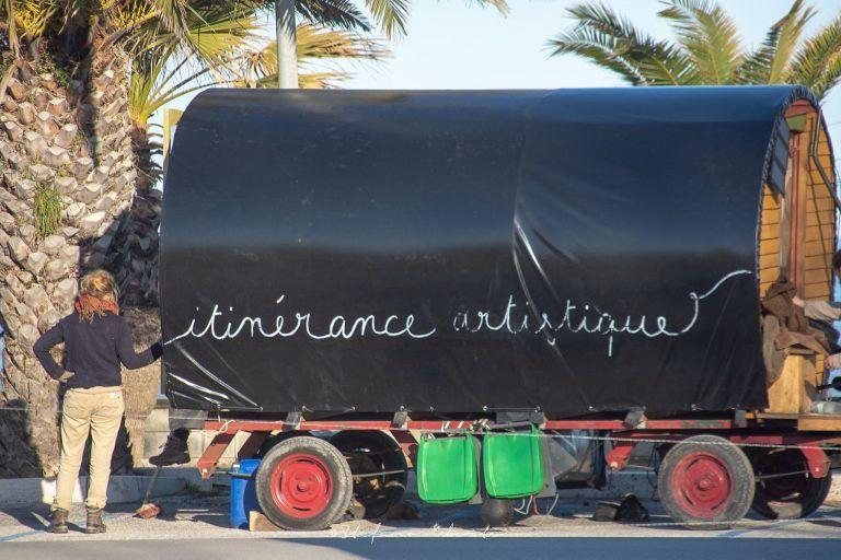 Tortoreto, la carovana con i cavalli: artisti francesi sostano lungomare FOTO