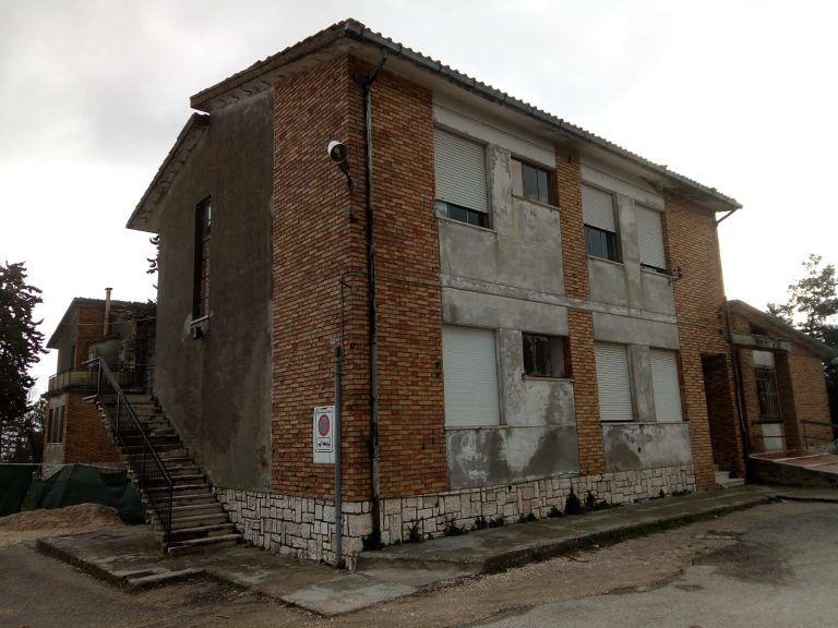 Civitella del Tronto, ex scuola agraria. Il sindaco ordina la demolizione che sarà effettuata dall'esercito FOTO