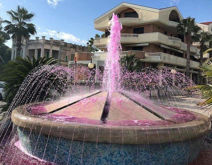 Tortoreto, per il Giro d'Italia le fontane del lungomare si colorano di rosa FOTO