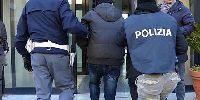 Teramo, spacciatore arrestato mentre vende cocaina fuori casa