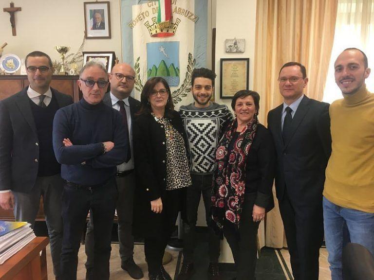 Roseto, Gianluca Ginoble in Comune prima del Festival di Sanremo