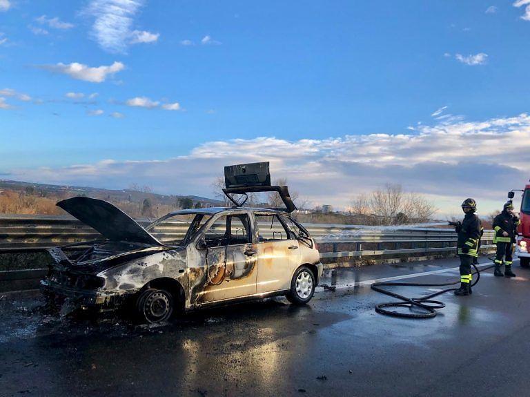 Auto in fiamme lungo la Teramo Mare FOTO/VIDEO