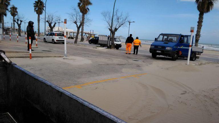 Roseto, operai al lavoro per la pulizia della sabbia dal lungomare FOTO