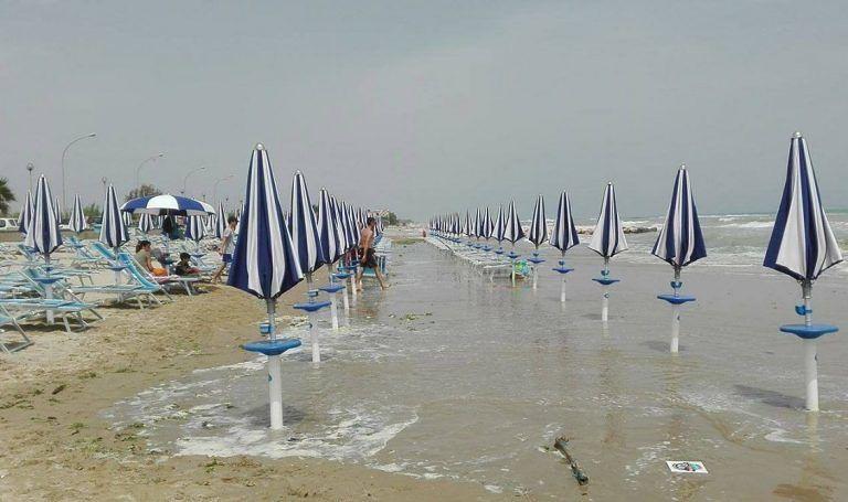 Roseto, spiaggiato e barche abbandonate: spiagge pulite entro l'estate