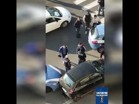 Poliziotti accerchiati durante operazione antidroga – Video