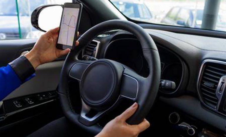 Polizia: ritiro immediato della patente per chi usa lo smartphone mentre guida