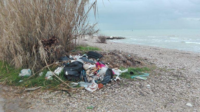 Roseto, giro di vite contro chi abbandona i rifiuti. Scoperta una discarica in zona Tordino e in spiaggia