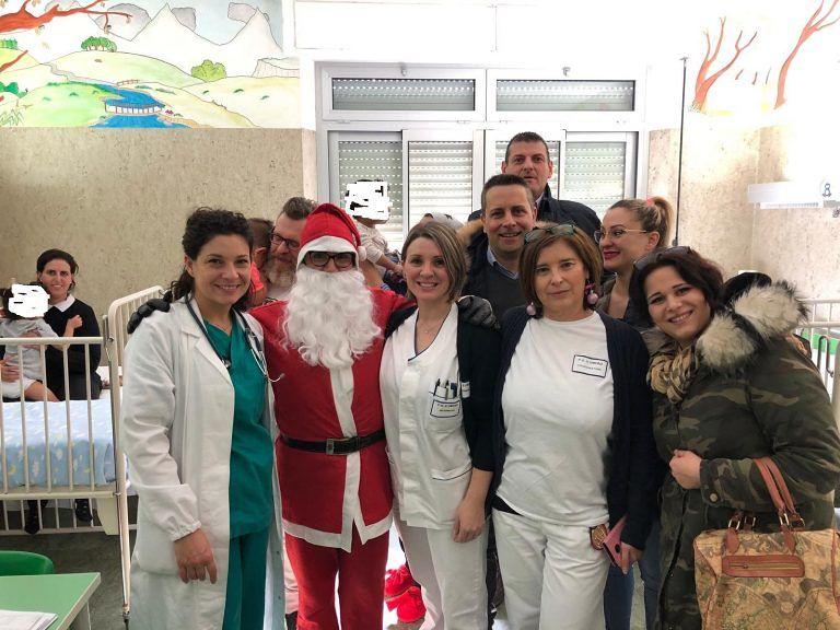 Sant'Omero, Babbo Natale consegna doni ai bambini del reparto di pediatria FOTO