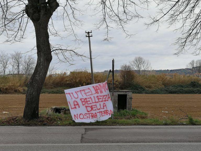 Villa Rosa, no all'abbattimento dei tigli: il sit-in sulla 259 FOTO
