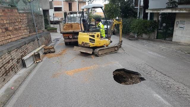 San Salvo, voragine in via Fontana: si è già al lavoro per sistemare la strada