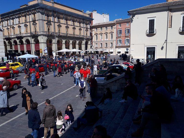 Teramo, grande successo la mostra del Club auto story in piazza Martiri FOTO