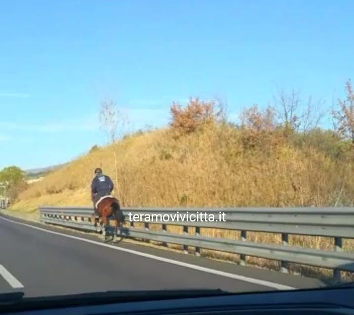A cavallo sulla Teramo-mare FOTO VIDEO