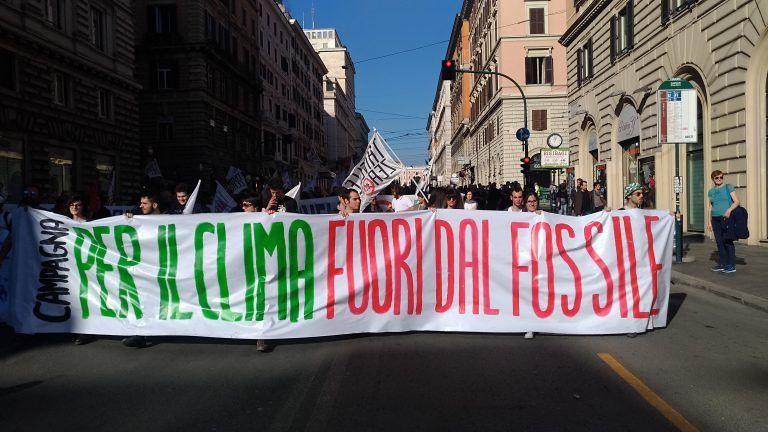 Marcia per il clima e fuori dal fossile: centinaia di abruzzesi sfilano a Roma FOTO VIDEO