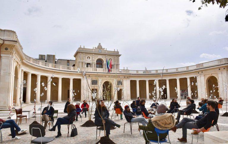 """L'Aquila, """"30 alberi per ritornare"""": l'installazione nel colonnato dell'Emiciclo"""