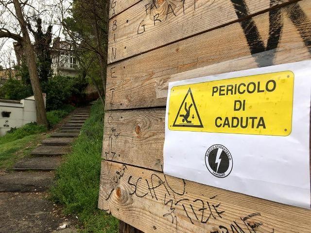 Il Blocco Studentesco denuncia la pessima condizione delle scalette in piazzale Pietrosa a Lanciano: 'Pericolose e fatiscenti'