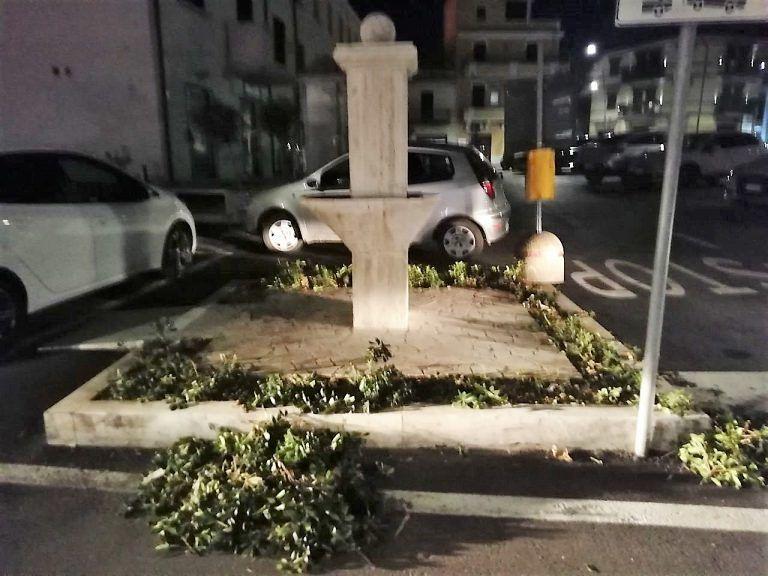 Sant'Egidio, atti vandalici in centro: danneggiata la fontana e una vettura in sosta FOTO