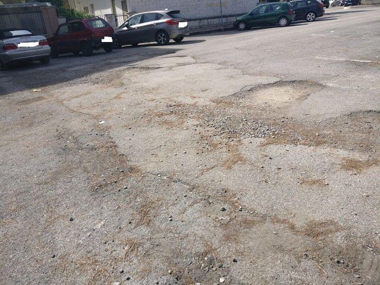 Tortoreto, auto danneggiata in piazza Berlinguer. Il Comune liquida il danno. Serve un intervento