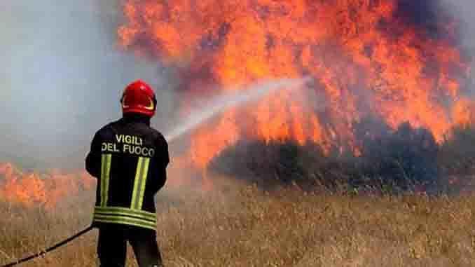 Castilenti, in fiamme la collina nei pressi di Villa San Romualdo