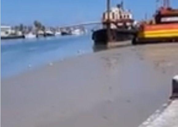 Pescara, insabbiamento e bassa marea: fiume in secca nel porto FOTO