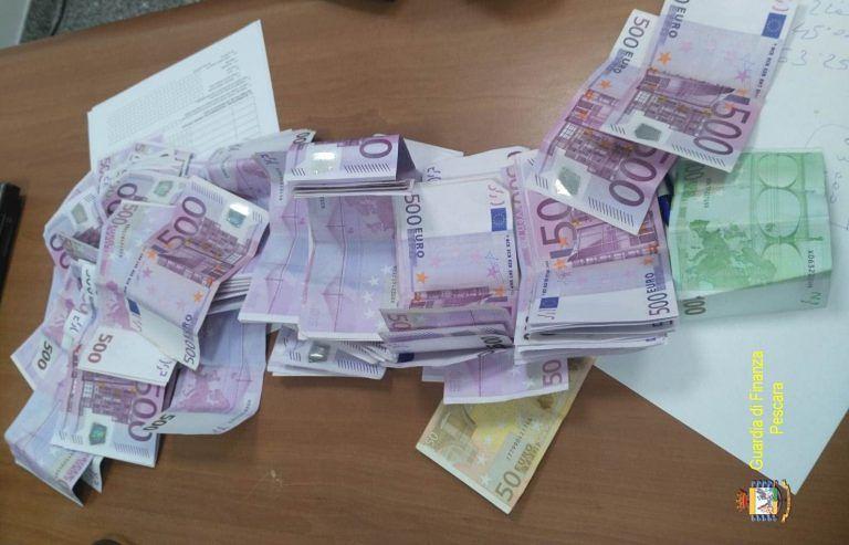 Pescara, fermata in aeroporto con oltre 60mila euro in contanti