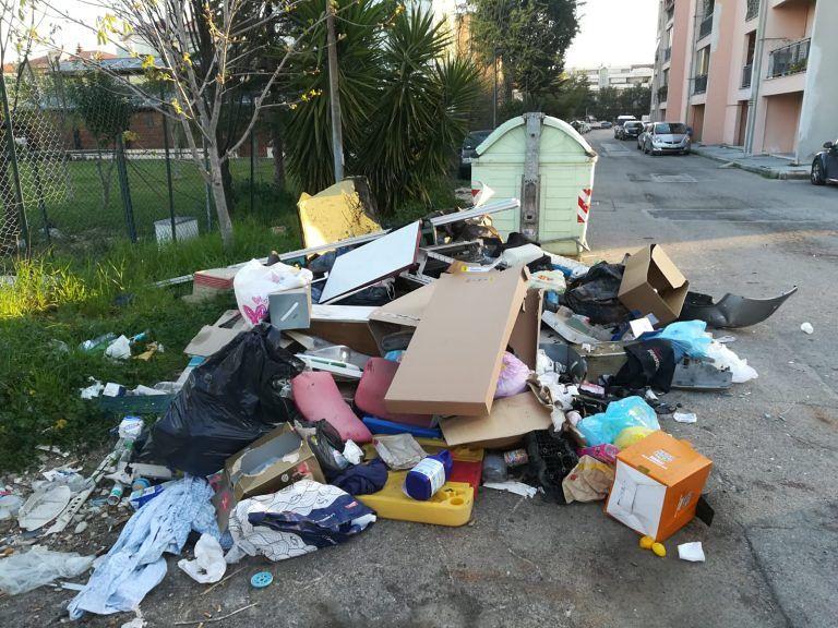 """Montesilvano, ancora discariche in via Rimini: """"I responsabili via dalle case popolari"""" FOTO"""