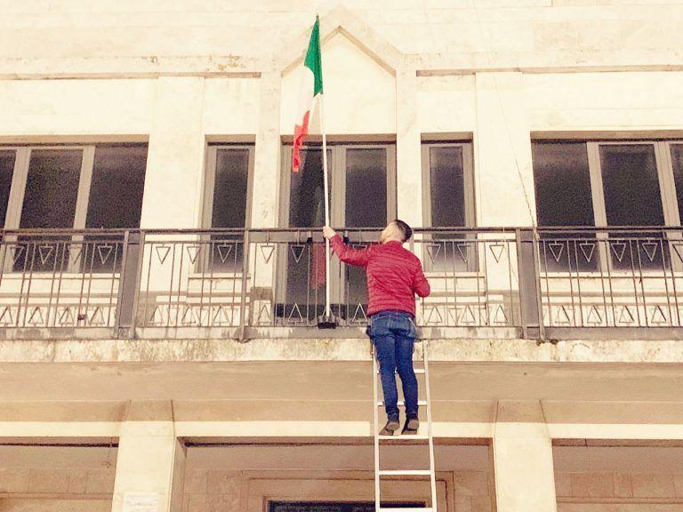 Sant'Egidio, Tricolore sugli edifici comunali: il blitz di CasaPound