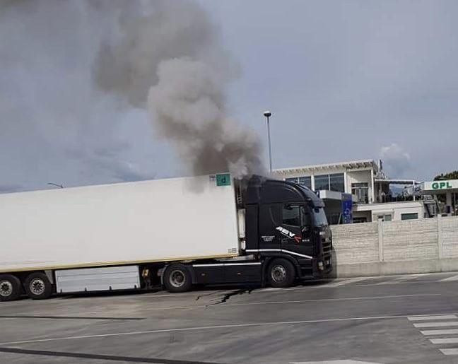 Mosciano, camion in fiamme nei pressi della Teramo-mare FOTO