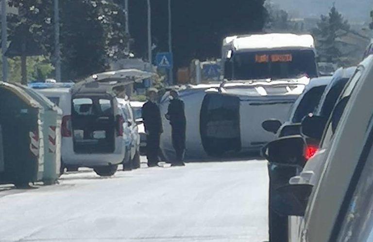 Montesilvano, scontro sulla Vestina: si ribalta un'auto FOTO