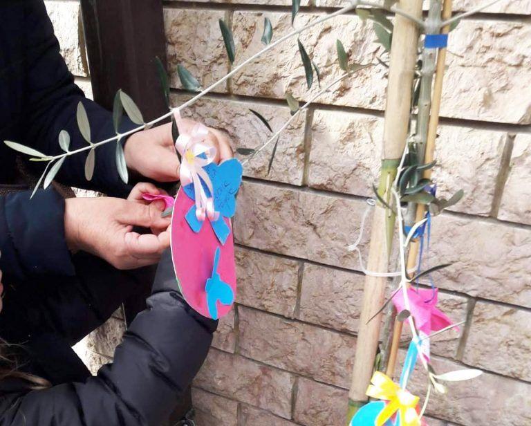 Colonnella, bambini dell'asilo e commercianti realizzano le decorazioni di Pasqua FOTO