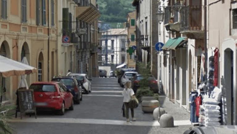 Teramo, parcheggio per diversamente abili occupato: lite in pieno centro