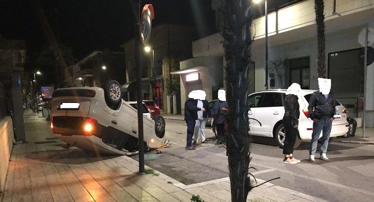 Alba Adriatica, impatto all'incrocio: vettura cappottata in viale della Vittoria FOTO