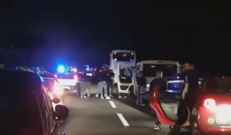 Tifosi del Pescara assaliti a Lecce, macchine incendiate e bombe carta: investito anche un'automobilista
