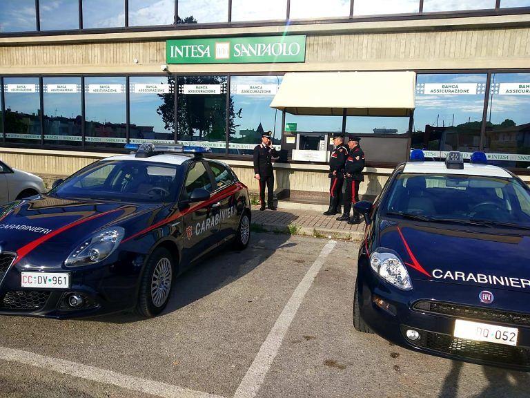 Morro d'Oro, cercano di entrare in banca per sequestrate i dipedenti: rapinatori bloccati dai carabinieri FOTO