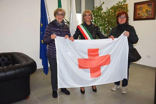 Il Comune di San Salvo espone la bandiera della Croce Rossa