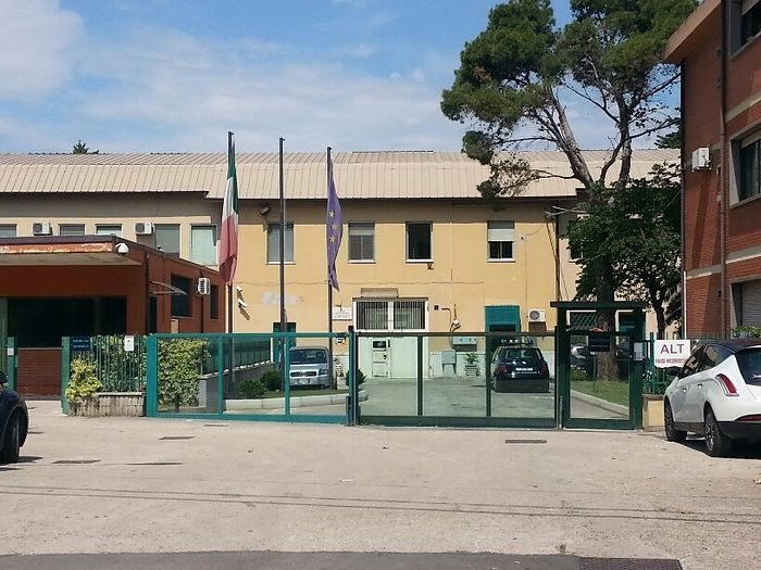 Pescara, evade dai domiciliari per rubare in una scuola di Chieti