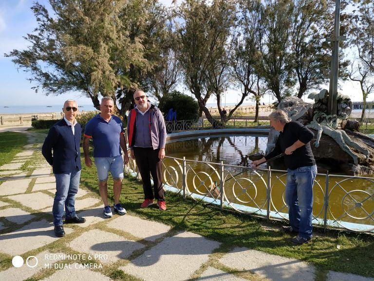 Roseto, lavori di pulizia della fontana del monumento ai caduti del Mare