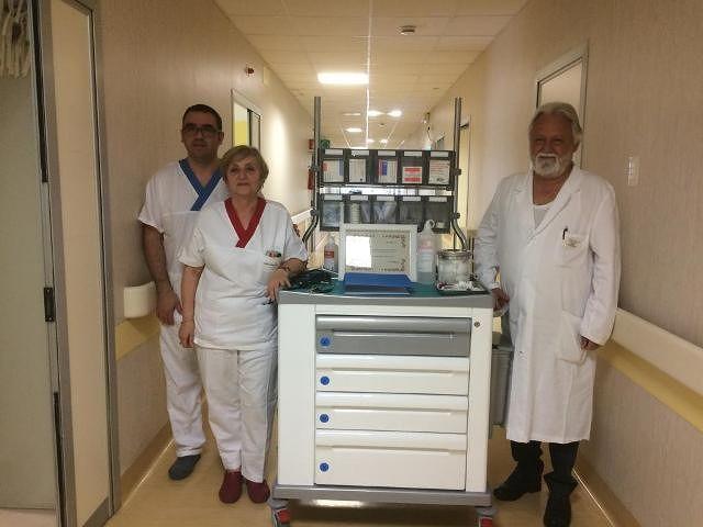 'Mio padre trattato con amore all'ospedale di Vasto': il figlio dona un carrrello per medicazione alla Geriatria
